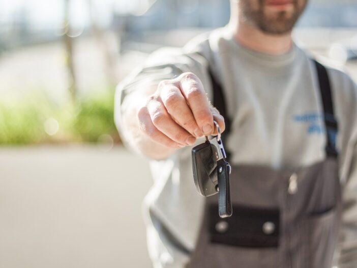 Kredyt samochodowy czy gotówkowy? Co bardziej się opłaca?